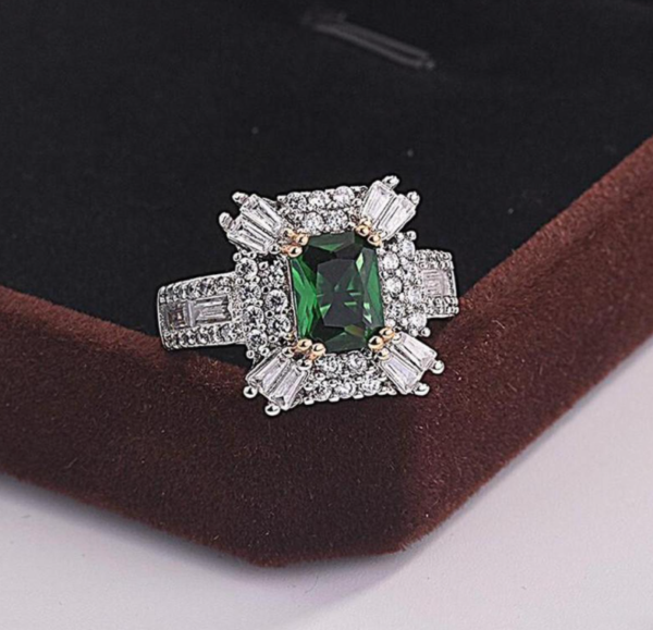 Vintage inspire green stone ring.
